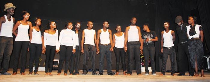 La troupe Umushwarara au complet, saluant le public ©Iwacu