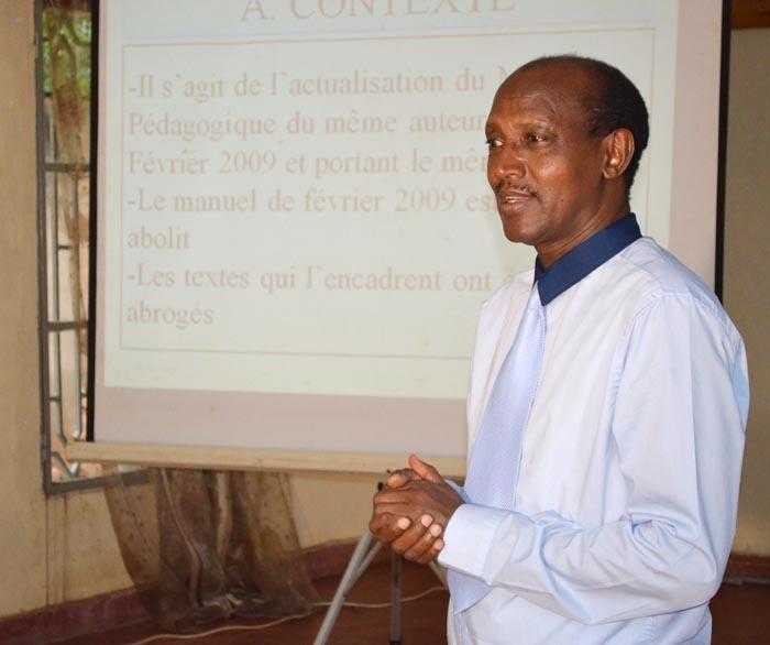 Me Gérard Ntahe présentant l'ouvrage « Textes juridiques et déontologiques régissant les médias au Burundi, 2ème édition » ©Iwacu