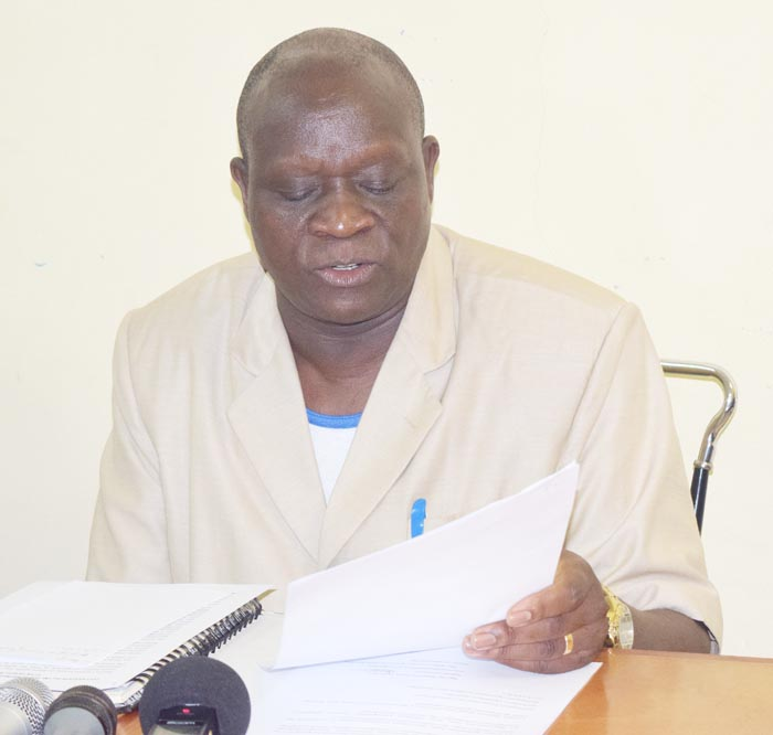 Emmanuel Miburo en train de lire la déclaration de la commission paritaire ©Iwacu