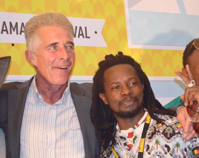 Le chanteur Pacy de « Lion Story » avec le promoteur du Festival Amani, Eric de La Motte ©Iwacu
