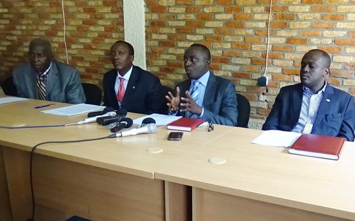 De gauche à droite, Pierre-Claver Mbonimpa, Vital Nshimirimana, Pacifique Nininahazwe et Armel Niyongere, en train d'animer la conférence de presse ©Iwacu