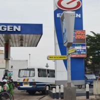 Les nouveaux prix affichés devant une station-service au centre-ville ©Iwacu