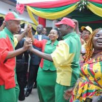 Ils dansent à la ronde. De gauche à droite : Zed  Feruzi, Marina Barampama et Chauvineau Mugwengezo ©Iwacu