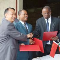 Coup de poignée entre Dong Guangli, chargé d'affaires à l'ambassade de Chine et Pierre Claver Ndayicariye, président de la Ceni devant le ministre de l'intérieur  ©Iwacu
