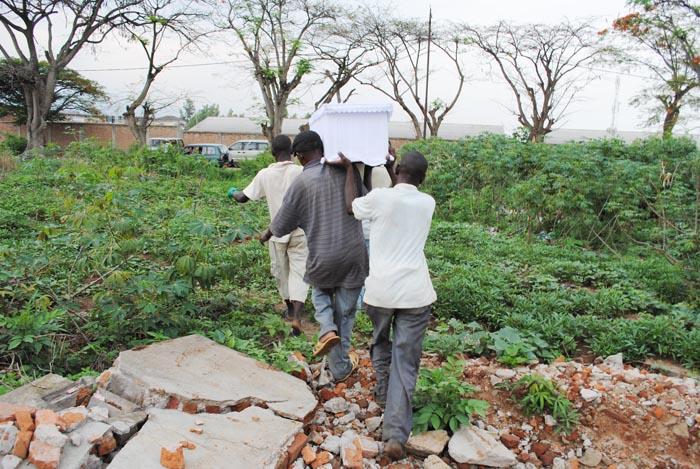 Transfert des restes d'une personne inhumée vers une autre cimetière ©Iwacu