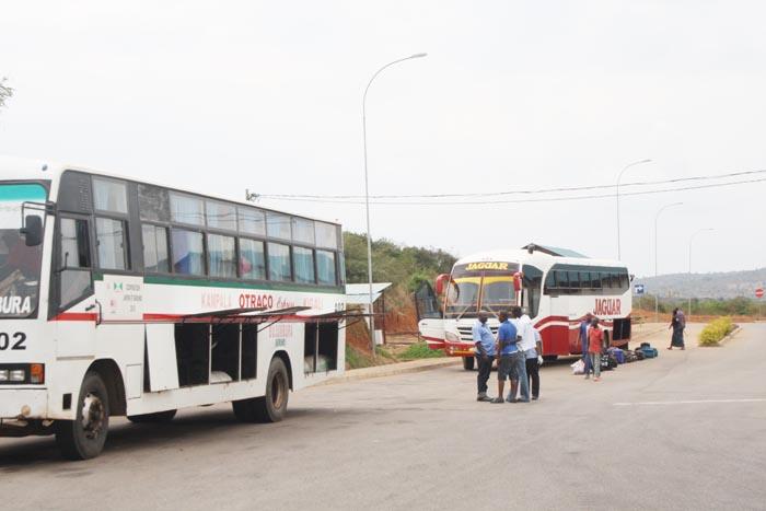 Les passagers se détendent au poste frontalier de Gasenyi (Kirundo)