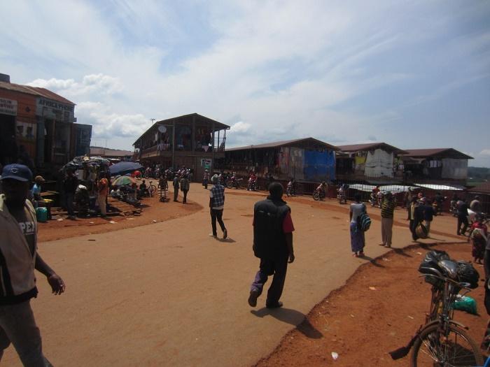 Au Marché de Gitega les échoppes étaient ouvertes ©Iwacu