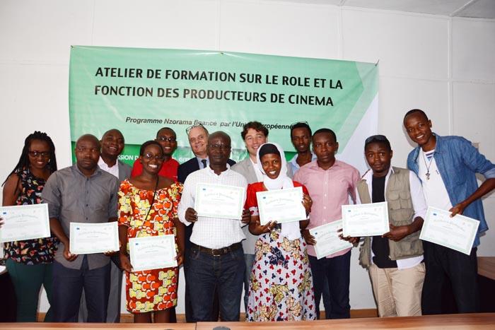 Photo de famille après la remise de certificats ©Iwacu