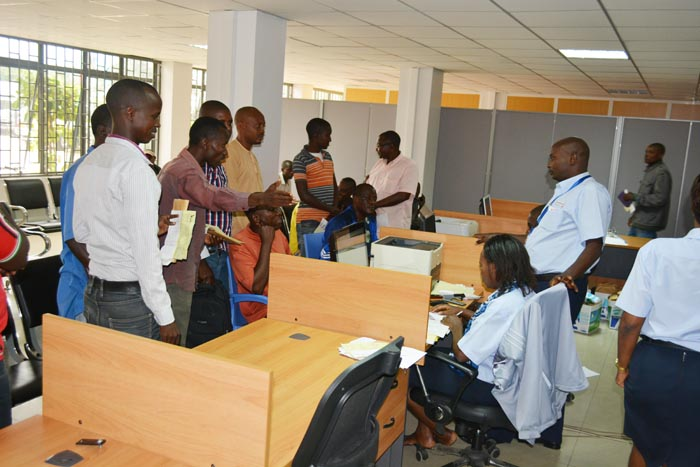 Les déclarants font la queue au service clientèle de la douane au port de Bujumbura ©Iwacu