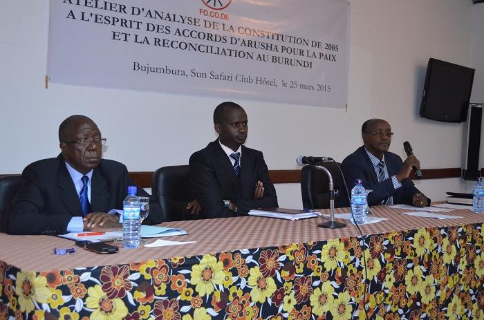 De gauche à droite Sylvestre Ntibantunganya, Janvier Bizimana et Pr Gervais Gatunange : « Le pays est à la croisée des chemins, il faut prévenir le pire. » ©Iwacu