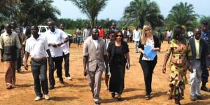 L'ambasadeur et sa suite visite le terrain appartenant à cette école ©Iwacu