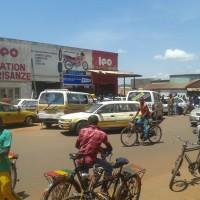 Les gens se bousculent devant les pompes d'essence ©Iwacu