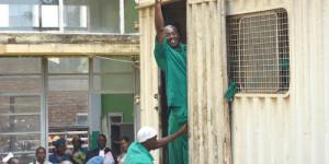 Mbonimpa salue la foule au moment où il monte dans le camion qui le ramène à la prison de Mpimba ©Iwacu