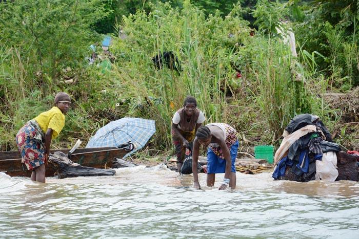 Certains sinistrés de Gitaza essaient de récupérer le peu qui leur reste dans le lac Tanganyika ©Iwacu