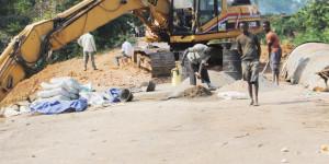 Travaux de réhabilitation de la route Bujumbura-Nyanza-lac, construction d'un pont sur le ruisseau Kayabazi à 83 Km de Bujumbura, les usagers doivent contourner cet endroit  ©Iwacu