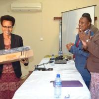 Yvonne Sinabajije de la Radio Nderagakura reçoit le prix média 2014 décerné par le Cnc, avec le soutien d'Institut Panos Paris et Search for Common Ground ©Iwacu