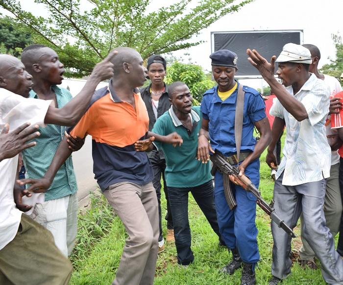 Une altercation entre les jeunes militants de l'opposition et la police ©Iwacu