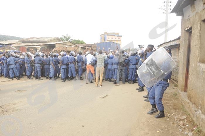Bousculade entre la police et les manifestants 11 h 15. ©Iwacu