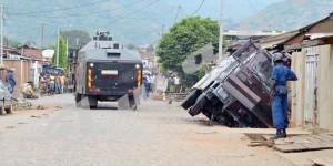 Un des 2 camions anti-émeutes est tombé dans dans un caniveau à Bwiza ©Iwacu
