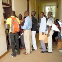 Des candidats devant le service de recouvrement de la commune Gitega pendant la matinée du 7 avril ©Iwacu