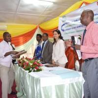 Le journaliste Rénovat Ndabashinze, recevant son prix ©Iwacu