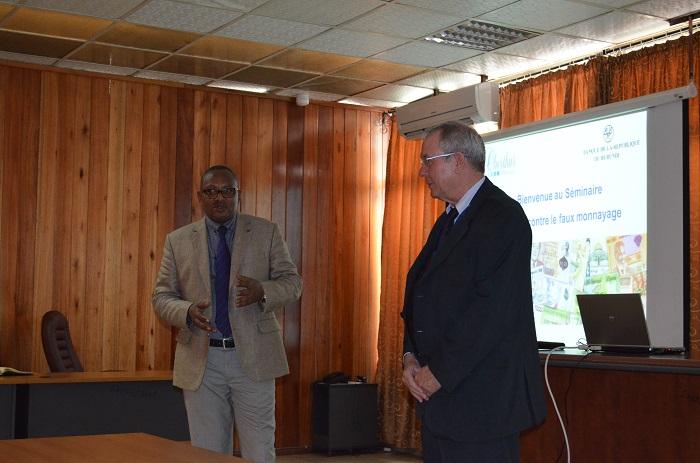 Clément Butoke et Louis Perrier, lors de la présentation de la nouvelle gamme de billets ©Iwacu