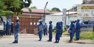 Des policiers assiègent l'entrée de la Maison de la Presse ©Iwacu