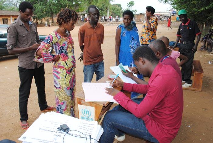 Des  électeurs font part aux agents de la Ceci  (Ave Maria de Kinama, mairie de Bujumbura) des coquilles dans leur enrôlement ©Iwacu