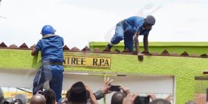 11 h 15. La radio RPA assiégée. Des policiers escaladent les mur du bâtiment abritant la radio ©Iwacu