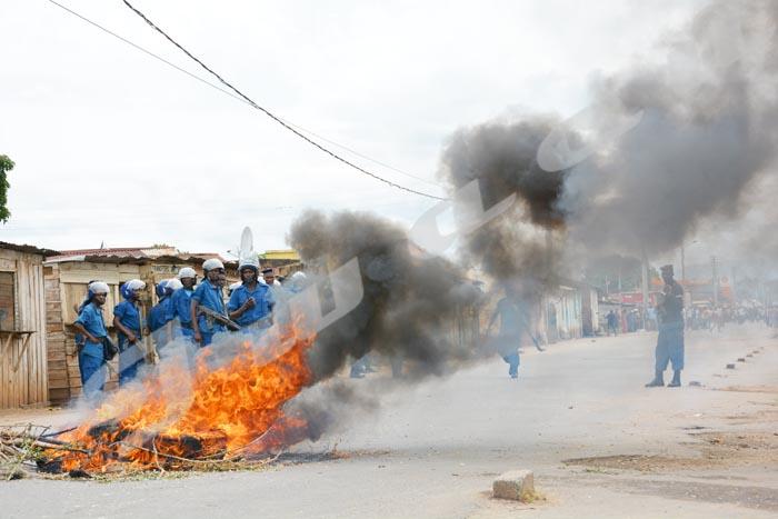 Le feu dans les rues de Nyakabiga ©Iwacu
