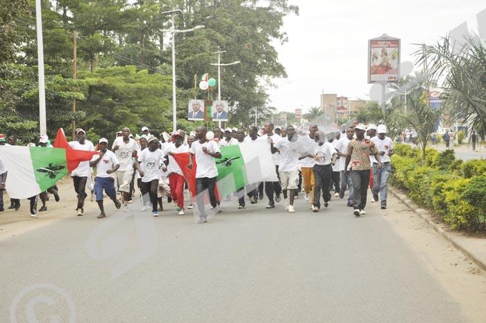 "Ces jeunes terrorisent en chant: ""Kubita abakeba mbonerakure, inkona ntiyaruzwa kirazira""/Tabassez les adversaires, mbonerakure, jamais on ne peut déloger l'aigle. Ils courent sur différentes rues de Bujumbura ©D.N/Iwacu"