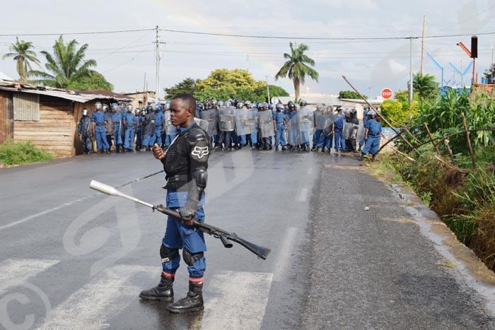 La police du GMIR (Groupement mobile d'intervention rapide vient contrer le mouvement de la population à Nyakabiga  ©Iwacu