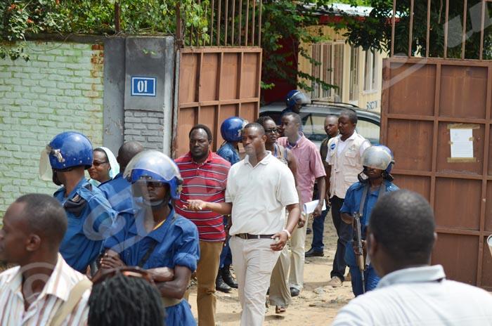 A la Maison de la Presse, des journalistes qui étaient en synergie des médias vident les lieux sous l'ordre de la police ©Iwacu
