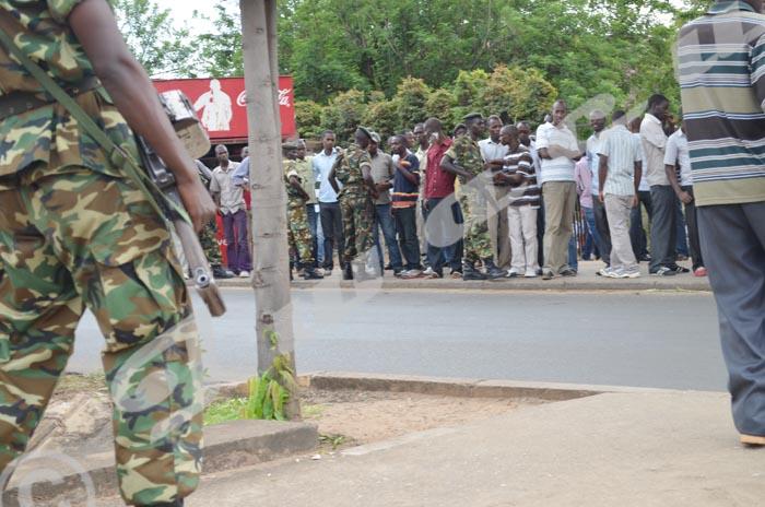 Des militaires lourdement armés font face à des étudiants massés devant l'entrée du campus Mutanga. Une mesure de sécurité inédite ©A.U/Iwacu