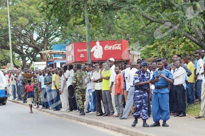 Des militaires et des policiers sont tous yeux au campus universitaires de Mutanga ©A.U/Iwacu