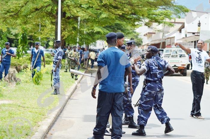 11 h 15. Le ministre de la Sécurité publique ordonne à ses policiers d'empecher le président de l'OPB d'approcher l'entrer de la RPA ©Iwacu