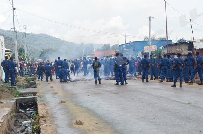 En début d'après-midi, la police disperse des jeunes à Musaga ©Iwacu