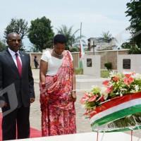 Lundi, 06 avril 2015 - Commémoration du 21ème anniversaire de la mort du président Cyprien Ntaryamira. Le couple présidentiel dépose une gerbe de fleurs sur sa tombe ©O.N/Iwacu