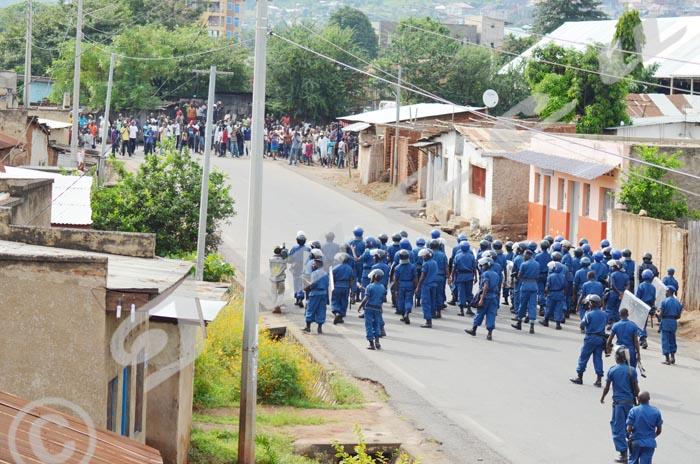 La police face à la population à Nyakabiga  ©Iwacu