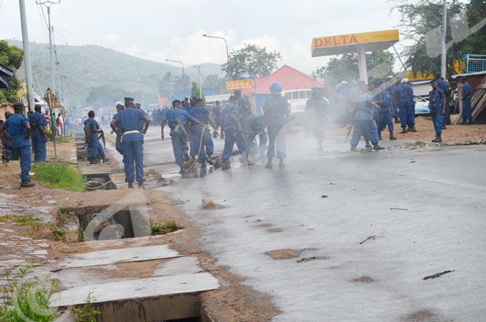 A Musaga, la police débraie la route ©Iwacu