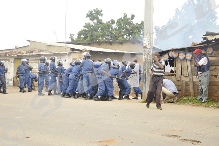 La police disperse les manifestants ©Iwacu
