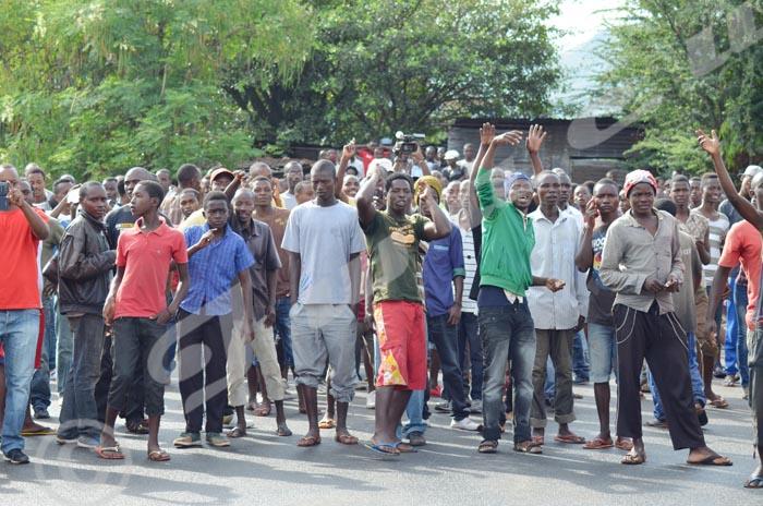La population de Nyakabiga crie en face de la police  ©Iwacu