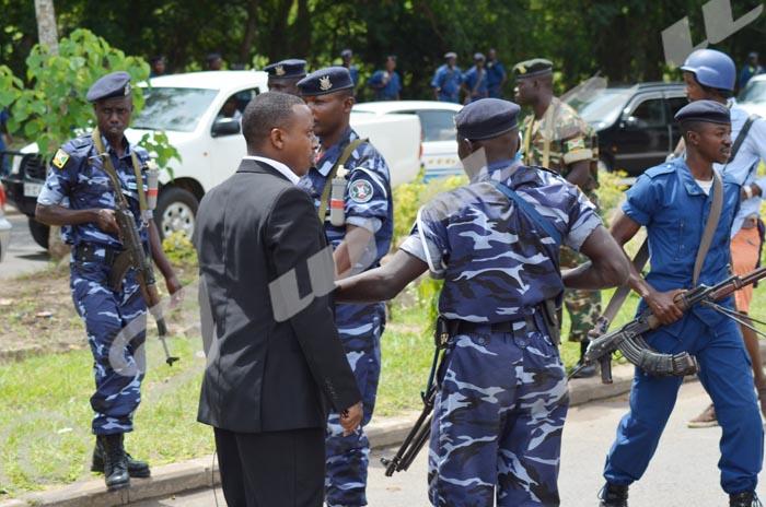 11 h 15. La radio RPA assiégée. La police empêche Gilbert Niyonkuru, chef des programmes d'entrer ©Iwacu