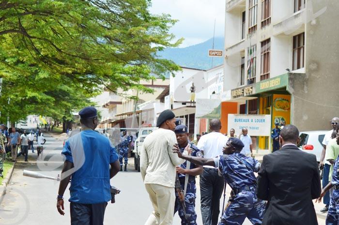11 h 15. La radio RPA assiégée. Sous les ordres du ministre de la Sécurité publique, des policiers empêchent Innocent Muhozi, président de l'observatoire de la presse burundaise d'approcher l'entrer de la RPA ©Iwacu