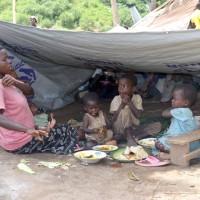 Une famille de rescapés, se sustentant sous leur nouveau toit ©Iwacu