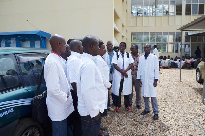 Les médecins résidents, devant le rectorat de l'Université du Burundi ©Iwacu