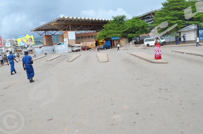 Au centre ville, le parking des bus du quartier nord de la capitale étaient presque sans véhicule ©Iwacu