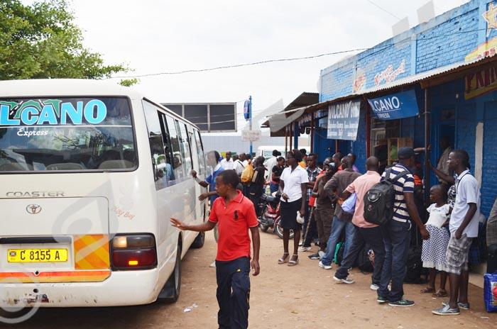 A la gare du Nord, les bus de transport étaient débordés par un grand nombre de personnes qui voulaient aller à l'intérieur ©R.N/Iwacu