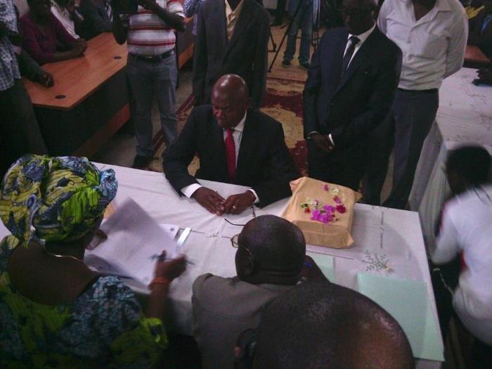 Agathon Rwasa en train de déposer son dossier
