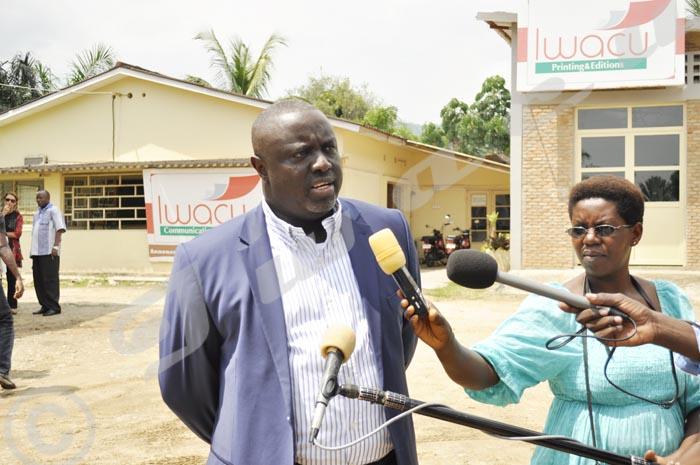 Antoine Kaburahe accordant une interview après ré-ouverture du journal Iwacu